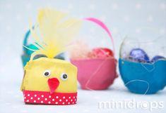 Aus einem Eierkarton eine Vertiefung ausschneiden und anmalen. Aus dem Geschenkband einen Schnabel schneiden & mit den Wackelaugen auf den Karton kleben.