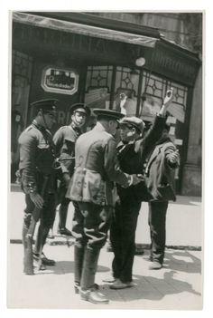 Guàrdies d'assalt escorcollant vianants a La Rambla, 1932. (AGA) Josep Gaspar. Barcelona, Catalunya. Espanya.
