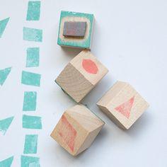 Diy: Cómo hacer unos sellos con cubos de madera y cuero : x4duros.com  http://www.x4duros.com/2012/03/diy-como-hacer-unos-sellos-con-cubos-de.html#