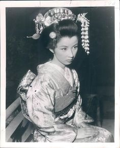 I wonder what she was thinking in this moment? Japanese Geisha, Japanese Beauty, Japanese Kimono, Vintage Japanese, Japanese Girl, Asian Beauty, Old Pictures, Old Photos, Burlesque Vintage