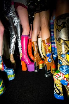 Nos meilleures scènes en coulisses de la Fashion Week de New York Backstage pros Kevin Tachman and Driely S. are behind the scenes at New York Fashion Week shooting all the top shows. Don't miss our daily updates. 70s Fashion, Look Fashion, Fashion Shoes, Vintage Fashion, Vogue Fashion, Fashion 2017, 70s Inspired Fashion, Crazy Fashion, Fashion Weeks