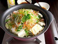 上にたっぷりの千切り野菜をのせ、豆腐と一緒に「ヤマサ まる生おろしぽん酢」でいただきます。野菜は火を通しすぎず、しゃきしゃきとした食感が残るくらいで豆腐と一緒に食べるのがおすすめです。
