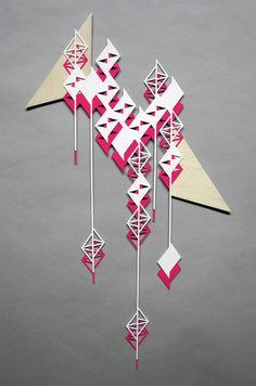 Sandra Fettingis est une artiste au talent aiguisé et au regard affûté, elle signe ici une série de 23 sculptures géométriques sous le prisme du triangle appelée « Tell Me When You Hear Me Falling ». Fabriquées à partir de bois coupé au laser et de styrène, ses créations sont poétiques et décoratives.
