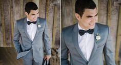 Inspiração para o look do noivo: Costume cinza, gravata borboleta preta e camisa branca. Veja mais desse casamento na praia. (Foto: The Kreulichs) #noivo #modaparaeles #groom #suit #bowtie