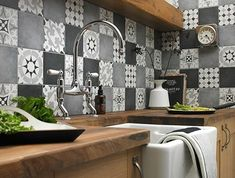 carrelage-patchwork-credence-cuisine-monochrome
