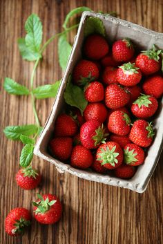 Lovely strawberries.  I'm waiting on the local ones. Not as large as the Californias that we get all year, but so much sweeter and more juicy for all of that......Shortcake with teabuiscuits, I'm waiting for you!  Photo from :  http://myfotolog.tumblr.com/post/11015444409
