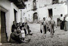 Santos Yubero. Dos toreros camino de la plaza.
