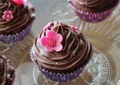 Mustaa marenkia: Boysenmarja kuppikakut suklaa kuorrutteella