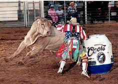 The forgotten hero,athletes.the rodeo clown. They risk their life every Clown Photos, Team Roper, Rodeo Time, American Bull, Rodeo Cowboys, Bull Riders, Barrel Racing, Here Kitty Kitty, Cowboy And Cowgirl