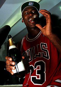 Ar Jordan, Michael Jordan Basketball, Jordan Bulls, Michael Jordan Chicago Bulls, Lebron James Michael Jordan, Tupac Pictures, Nba Pictures, Basketball Pictures, Nba Players