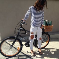 White Ripped Jeans and striped top look great together www. Style Casual, Style Me, White Ripped Jeans, White Denim, Holey Jeans, Torn Jeans, Estilo Jeans, Look Street Style, Cycle Chic
