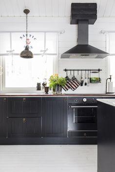 Modernia ja perinteistä yhdistelevä keittiö. Mix of modern and traditional in a kitchen. | Unelmien Talo&Koti Kuvaaja: Hanne Manelius Toimittaja: Ilona Pietiläinen