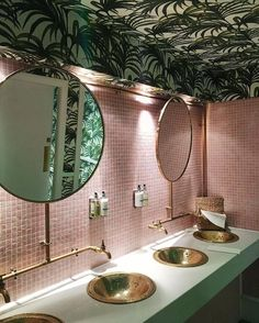 Tropical wallpaper on a bathroom ceiling makes a change, especially with pink tiles. Palm Wallpaper, Bathroom Wallpaper, Trendy Wallpaper, Tropical Wallpaper, Wallpaper On The Ceiling, Restaurant Bad, Restaurant Bathroom, Tropical Bathroom, Pink Tiles
