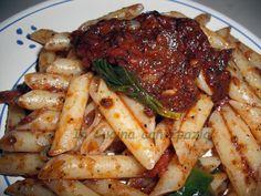 Le penne pomodoro paté di olive e capperi sono un'idea per un primo piatto sfizioso e facile da cucinare! E' la pasta da preparare all'ultimo momento