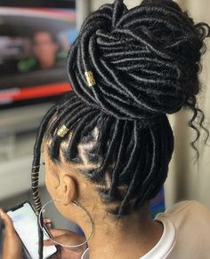 Black Braided Hairstyles 700661654516129673 - There's just something about a neat bun😍 Gorgeous faux locs by Sam Taylor.touch ❤️ Source by footdeco Braids Hairstyles Pictures, Faux Locs Hairstyles, Baddie Hairstyles, African Braids Hairstyles, My Hairstyle, Hair Pictures, Natural Hair Braids, Braids For Black Hair, Natural Hair Styles