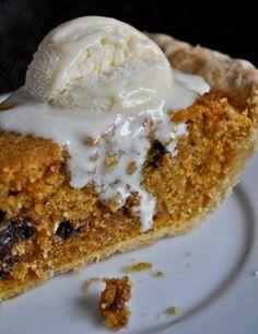 How Sweet Eats: Pumpkin Chocolate Chip Cookie Pie Pumpkin Dessert, Pie Dessert, Dessert Recipes, Just Desserts, Delicious Desserts, Yummy Food, Dessert Healthy, Fun Food, Yummy Treats