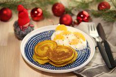 Handen på hjärtat, hur goda är vanliga lussekatter egentligen? Vi utgick från formen och smaken av saffran och korsade det med amerikanska pannkakor. Resultatet blev julhybriden lussekattpannkakor.