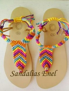 Sandalias macrame y otras técnicas Just a picture, no directions. I love the look.