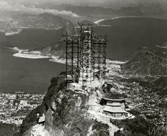 15. Cristo Redentor em construção no fim da década de 1920 no Morro do Corcovado, no Rio de Janeiro