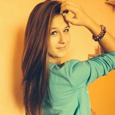 Brązowe włosy , oczy zielone, bluzka niebieska , dwie bransoletki o koloru beżowego a druga o koloru czarnego mi ten styl się bardzo podoba