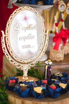 """""""Espelho, espelho meu, existe no mundo alguém mais bela do que eu?"""", a frase predileta da Rainha Má cabe perfeitamente para a decoração doaniversário de u"""
