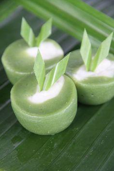 Talam Bulan. Bahan dasar Talam Bulan adalah tepung terigu, santan yang diambil dari 1 butir kelapa. Untuk warna hijau berasal dari sari air perasan daun pandan dan daun suji. Bisa dipesan harga persatuan Rp1.500. Minimal pemesanan 50 buah/65rb