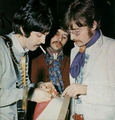 Paul McCartney John Lennon and Ringo Starr picking out fabrics for their Sgt Pepper costumes 1967 Paul Mccartney Ringo Starr, John Lennon Paul Mccartney, Liverpool, Rock N Roll, Beatles Bible, Beatles Sgt Pepper, Richard Starkey, Beatles Photos, American Tours
