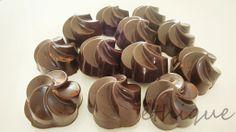 Ethique: RAW čokoládové bonbóny s lískooříškovou náplní Truffles, Sweets, Cake, Food, Biscuits, Vegan, Tips, Recipes, Candy