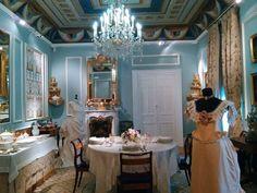 En este comedor se reunía la familia entorno a la mesa cada noche. Podemos ver el ajuar, compuesto principalmente por vasos y copas de cristal de La Granja, y vajillas de diversas procedencias, como Pasajes, París, Inglaterra, etc.