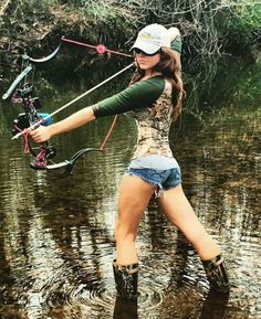 Responsible hunting, game management and wildlife conservation are important aspects of any wild game hunting, but many find the challenge of deer hunting to be the most challenging. Here are some ideas and deer hunting tips to make y Bow Hunting Women, Hunting Girls, Archery Girl, Archery Hunting, Archery Range, Archery Bows, Coyote Hunting, Pheasant Hunting, Hunting Gear