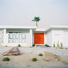 Cute orange door with all white exterior.very Palm Springs Orange Front Doors, Orange Door, Orange Red, Palm Springs Style, Palm Springs California, California Living, Exterior Design, Interior And Exterior, Exterior Colors