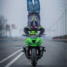 Balancing bike on head Motogp Valentino Rossi, Metal Mulisha, Motorcycle Outfit, Cool Bikes, Cool Designs, World, Vehicles, Car, Palace