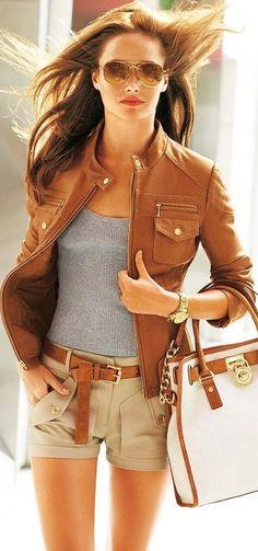 | Jaqueta de couro caramelo + T-shirt cinza + Shorts Bege + Acessórios em caramelo |