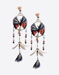 Boucles d'oreilles pendantes en perles Valentino Garavani <br>- Pendentif avec broderie de petites perles et plumes de fabrication manuelle <br>- Broderie en forme de papillon <br>- Fermoir à puce <br>- Made in Italy Femme 46426857ii