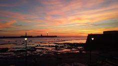 La noche llega poco a poco a la Caleta. Se encienden sus velas y el lorenzo se va recostando sobre el fondo marino. Fin de la puesta de sol del día 28-02-2015 en la Caleta, cádiz, centro del Universo. Foto propia.