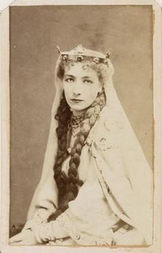 Portrait de Sarah Bernhardt  Dates du document : [1868-1871] papier ; papier photographique 28 cm x 40 cm  Archives nationales, Cote 400AP/217 © Archives nationales, France