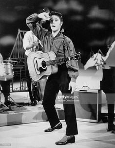Rock and roll singer Elvis Presley performs on the Ed Sullivan show on September 1956 at CBS Studios in Los Angeles, California. Get premium, high resolution news photos at Getty Images Johnny Cash, Beatles One, The Ed Sullivan Show, Young Elvis, Best Guitar Players, Buddy Holly, Elvis Presley Photos, Music Photo, Graceland