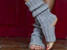 Diese bequemen Yoga-Socken helfen Ihnen durch wirklich jede Yogaübung. Die passende Anleitung zum Nachstricken finden Sie hier.