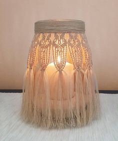 This macramé lantern fits any decor. It is ideal as a centerpiece for weddings, romantic dinners or Macrame Bag, Macrame Knots, Micro Macrame, Crochet Jar Covers, Macrame Design, Types Of Furniture, Macrame Projects, White Candles, Macrame Patterns