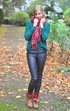 Autumn Style: Green Sweater, Pullover, Red Tartan Scarf, black Leather pants, brown boots, red socks, boho - Streetstyle, Hamburg, Outfit, Blogger