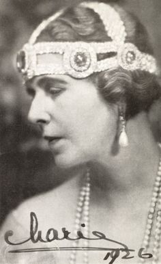 Tiara Mania: Sapphire & Diamond Kokoshnik worn with just the sapphire elements by Queen Marie of Romania Royal Tiaras, Tiaras And Crowns, Royal Crowns, Romanian Royal Family, Edwardian Hairstyles, Royal Jewelry, Jewellery, Queen Mary, Queen Elizabeth