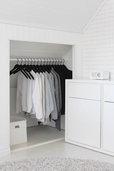 Open built-in closet in a white bedroom. This way you'll never worry about the door coming off the tracks. | vaaterekki