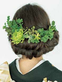 Back グリーン生花 Crochet Hair Accessories, Girls Hair Accessories, Crochet Hair Styles, Wedding Kimono, Hair Setting, Japanese Hairstyle, Hair Beads, Japanese Outfits, Hair Ornaments