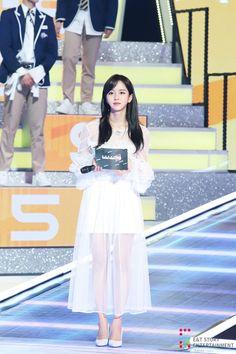 Kim Sohyun, Kpop Fashion Outfits, Korean Actresses, Korean Celebrities, Beautiful Asian Girls, Beautiful Women, Red Carpet Dresses, Korean Women, Sweet Girls