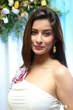 http://www.cinespot.net/gallery/d/2159133-1/Madhurima+Latest+Photos+_16__001.jpg