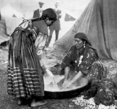 Galacian Gypsy washer women around turn of the century. Galatia is in Turkey but there is no indication where this photo was taken. Gypsy Life, Gypsy Soul, Gypsy Eyes, Gypsy People, Gypsy Culture, Gypsy Women, Gypsy Witch, Belly Dancing Classes, Gypsy Living