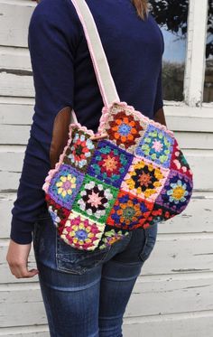 Il sagit dun mignon petit sac fait à partir de carrés granny au crochet traditionnel.  Elle est crochetée de belle laine colorée. (Schachenmayr Nomotto Tapisserlegarn)Cette laine est papillon gratuit.  Les couleurs sont utilisées dans un ordre aléatoire pour lui donner ce look spécial.    Ce sac mignon granny au crochet est bordé dun tissu 100 % coton doux clored vérifié.  Elle abrite une petite poche pour votre mobil et monney.  Le sac est fermé avec un bouton.    Sac mignon de taille «…