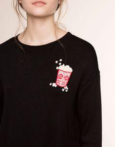 Usar parches en sudaderas  Pull&Bear - mujer - sudaderas - sudadera parche cuello redondo - negro - 05591320-V2016