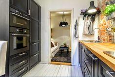 czarne drewno i cegły w kuchni