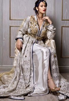 أمال بالقايد Kaftan Moroccan, Morrocan Dress, Arab Fashion, Islamic Fashion, Trendy Fashion, Desi Wedding Dresses, Arabic Dress, Caftan Dress, Oriental Fashion